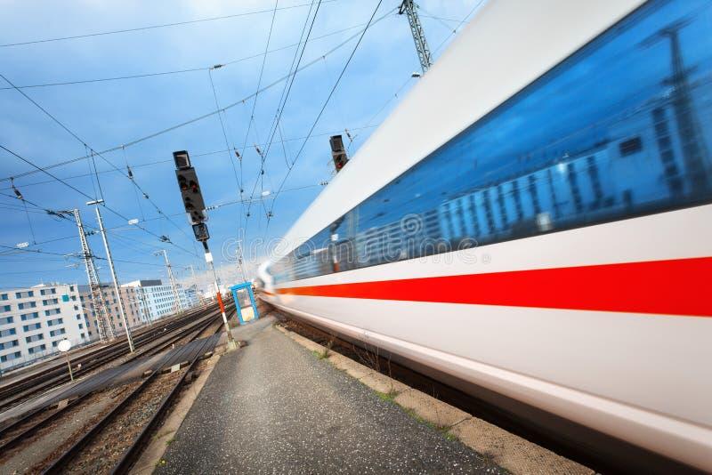 Download Le Train De Voyageurs à Grande Vitesse Moderne Sur La Voie Ferrée Dans Le Mouvement Image stock - Image du banlieusard, industriel: 76084157