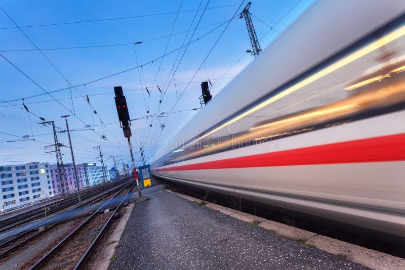 Download Le Train De Voyageurs à Grande Vitesse Sur La Voie Ferrée Photo stock - Image du railroad, jonction: 76083526