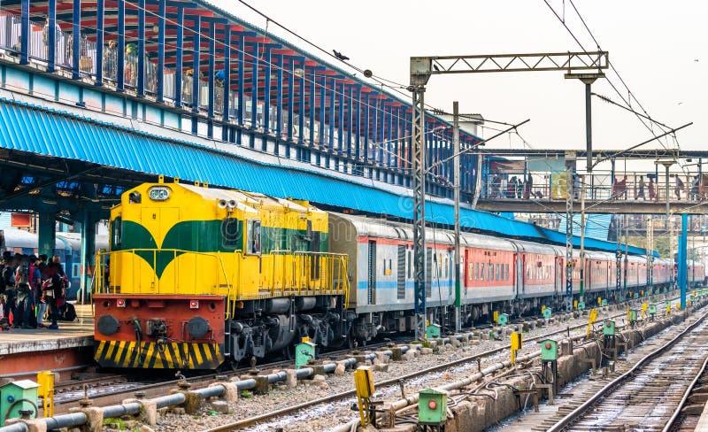 Le train de voyageurs à la gare ferroviaire de New Delhi l'Inde photographie stock