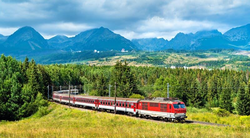 Le train de voyageurs dans les hautes montagnes de Tatra, Slovaquie images stock