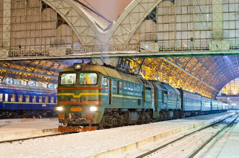 Le train de voyageurs diesel images libres de droits