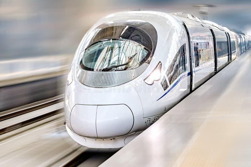 Le train de voyageurs moderne de Salut-vitesse photographie stock