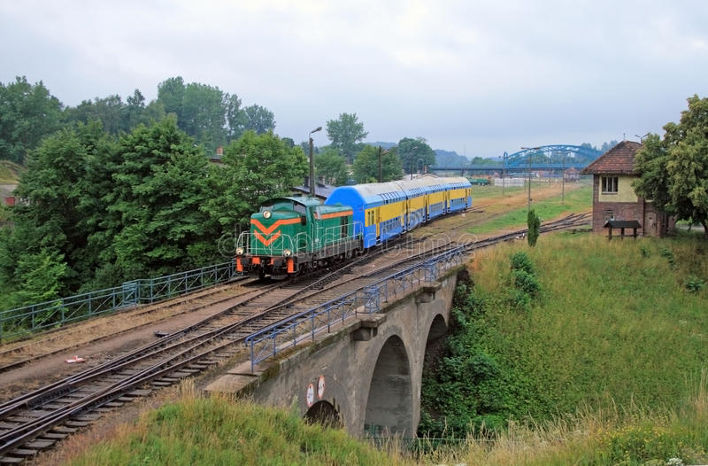 Le train de voyageurs partant de la gare photographie stock