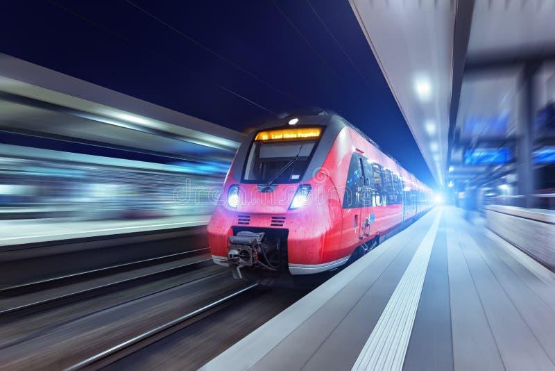 Download Le Train De Voyageurs Rouge à Grande Vitesse Moderne La Nuit Photo stock - Image du blur, europe: 76083612