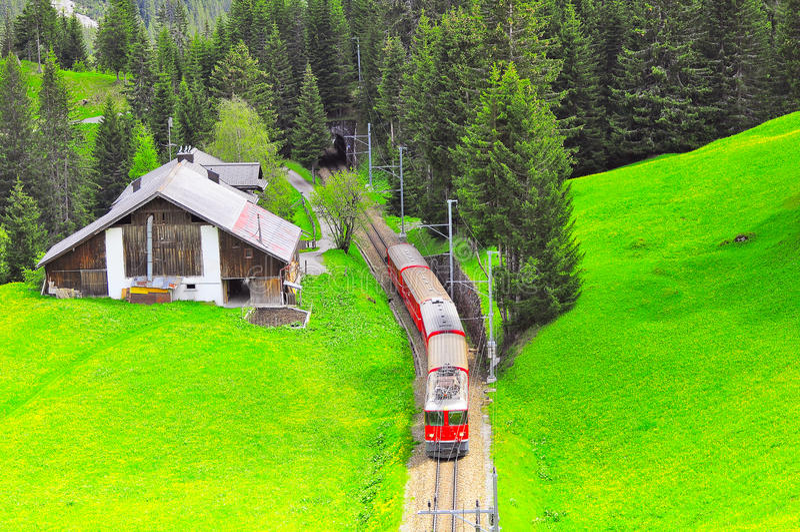 Le train de voyageurs se déplace de Chur à Arosa photo stock