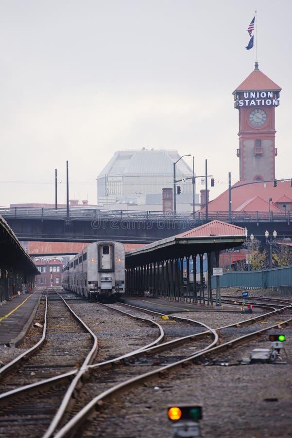 Le train de voyageurs se tient sur la gare ferroviaire historique dans Portla photo libre de droits