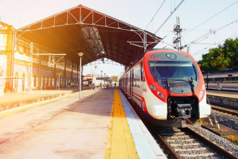 Le train est sur la plate-forme de la station de train image stock