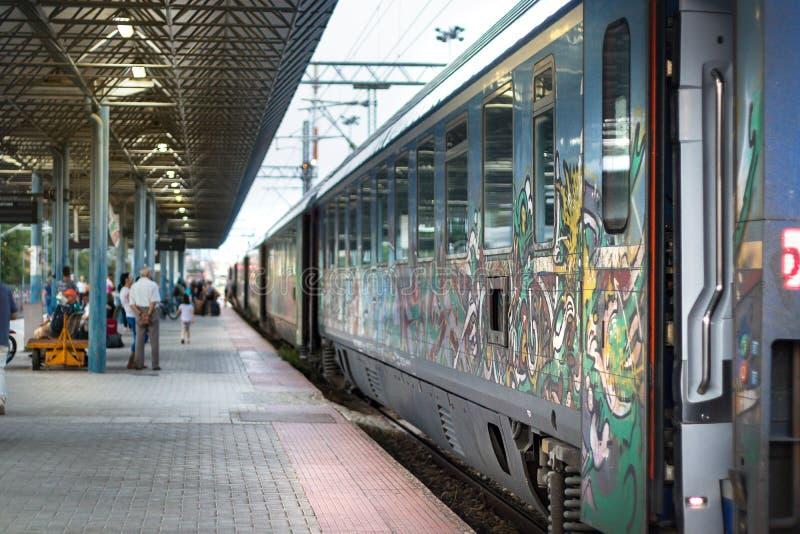 Le train grec interurbain s'est arrêté chez Larissa Station dans Larissa images libres de droits
