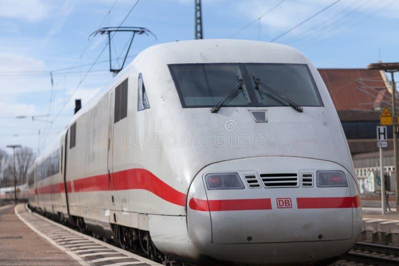Le train Interurbain-exprès de Deutsche Bahn passe le fuerth de station de train en Allemagne images stock