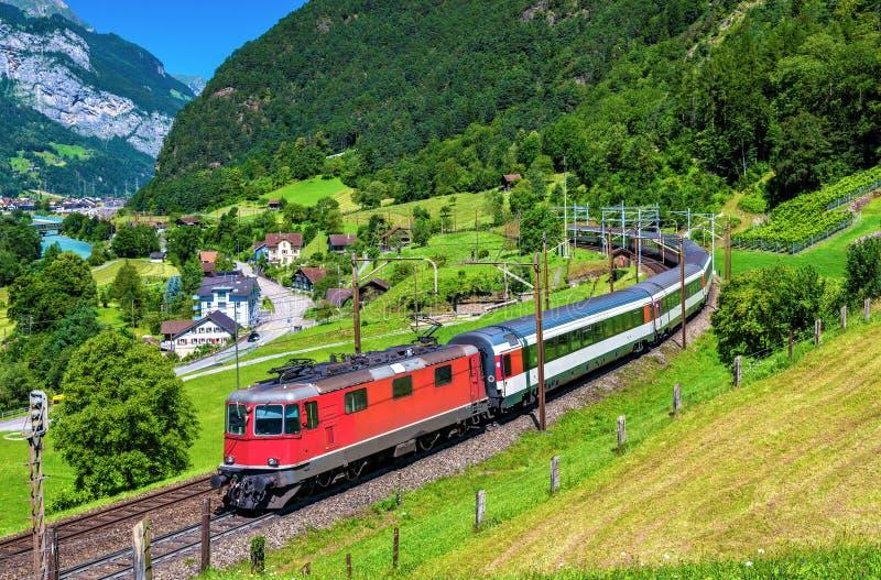 Le train interurbain monte le chemin de fer de Gotthard - Suisse photo libre de droits