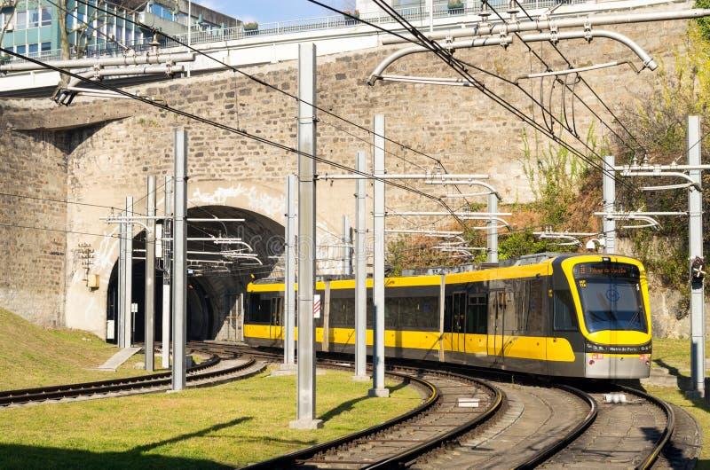 Le train léger de rail de la métro font Porto, Portugal image libre de droits