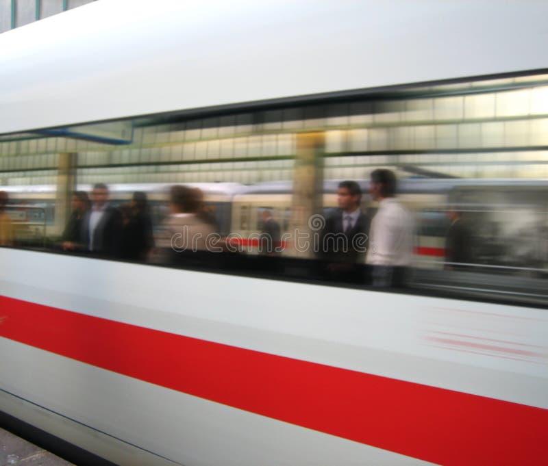 Le train obtient à la gare photographie stock libre de droits