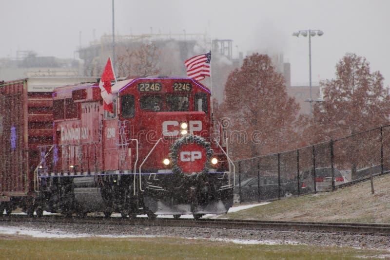Le train Pacifique canadien de vacances un jour neigeux images stock
