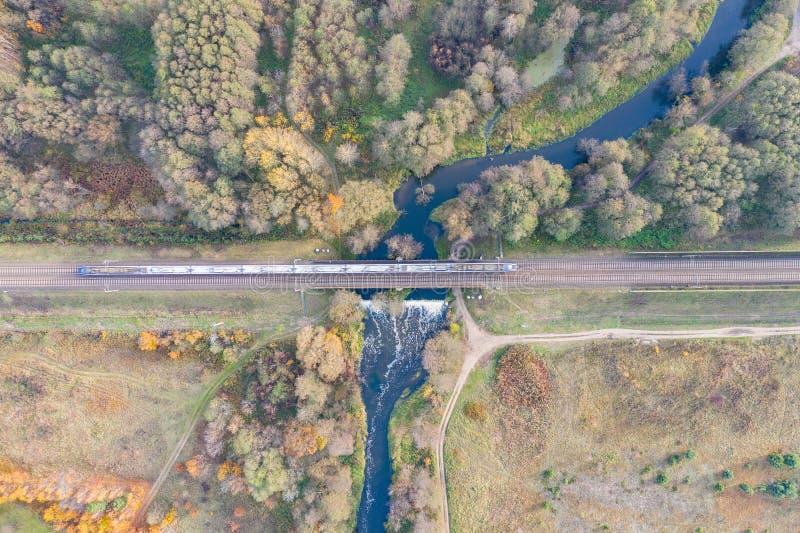 Le train passe au-dessus du pont au-dessus de la rivière image stock