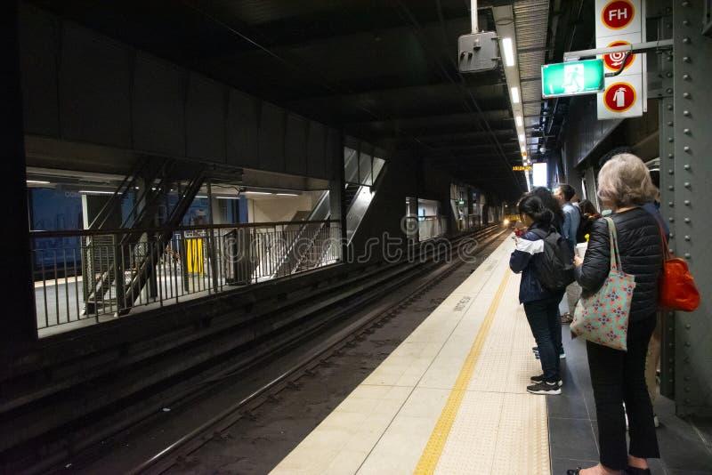 Le train s'approche d'un quai dans la station souterraine de Sydney Town Hall photo stock