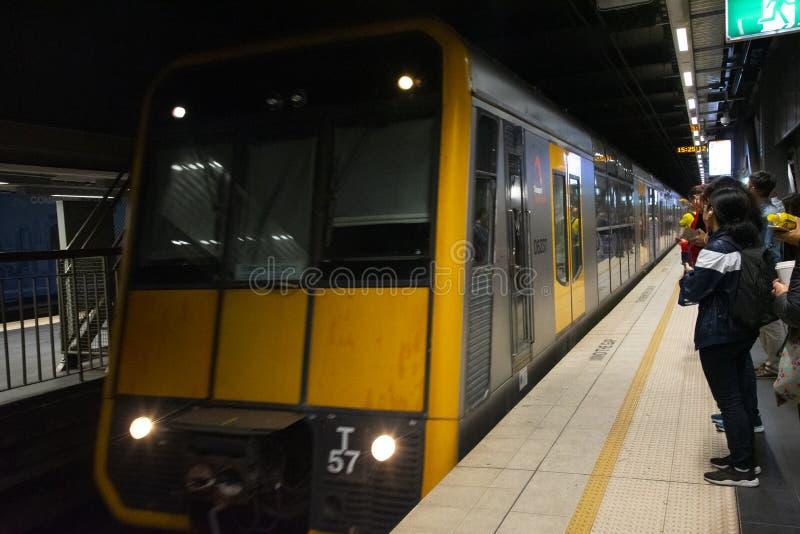 Le train s'approche d'un quai dans la station souterraine de Sydney Town Hall images libres de droits