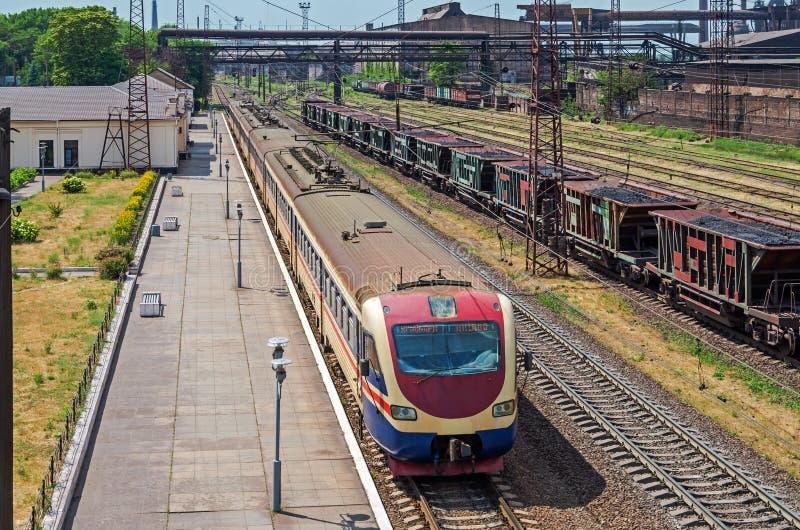 Le train suburbain se tient à la station images libres de droits