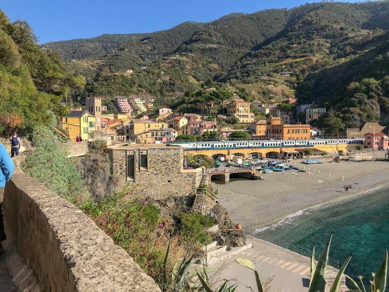 Le train traverse la jument d'Al de Monterosso, Cinque Terre, Italie image libre de droits