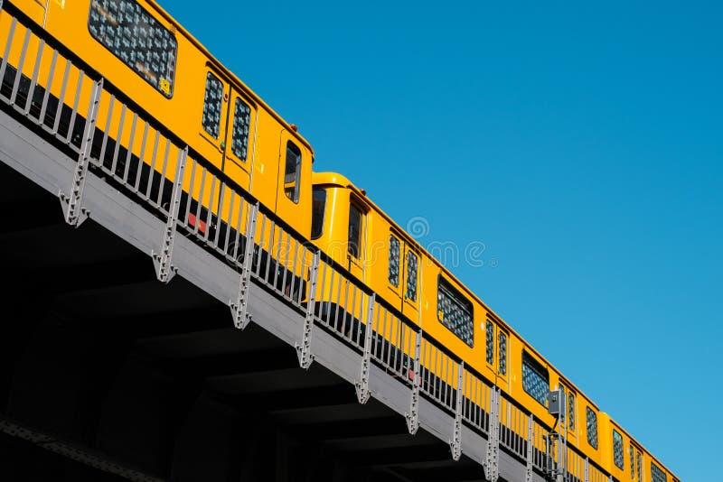 Le train U1 de métro de train de Berlin U-Bahn sur le pont élevé en chemin de fer extérieur photos stock