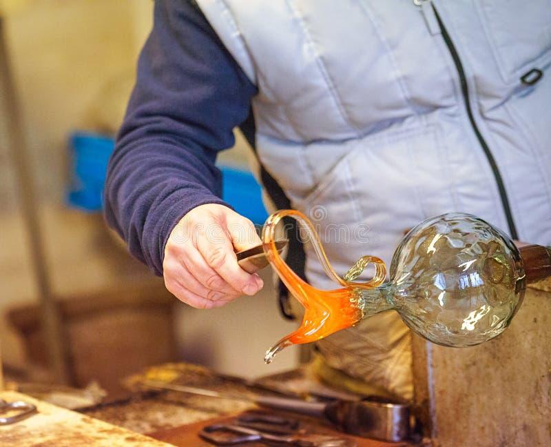 Le traitement du verre de Murano, Venise, Vénétie, Italie Un vitrier principal travaillant avec le plus célèbre dans le verre de  image stock
