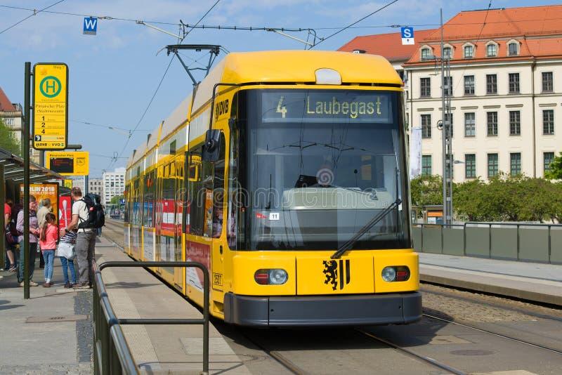 Le tram jaune moderne au plan rapproché d'arrêt dresde photos libres de droits
