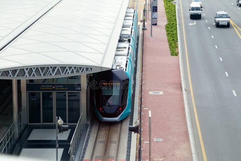 Le tram moderne déplace la marina de Dubaï photo stock