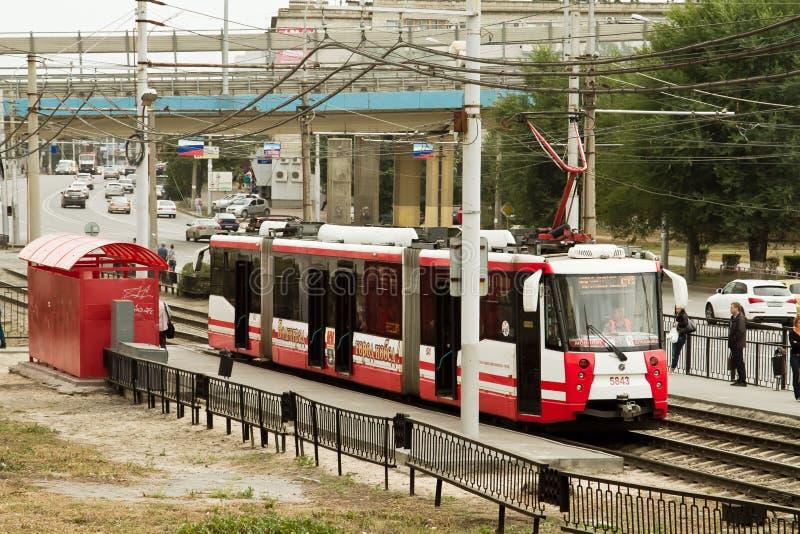 Le tram ultra-rapide à l'arrêt  image stock