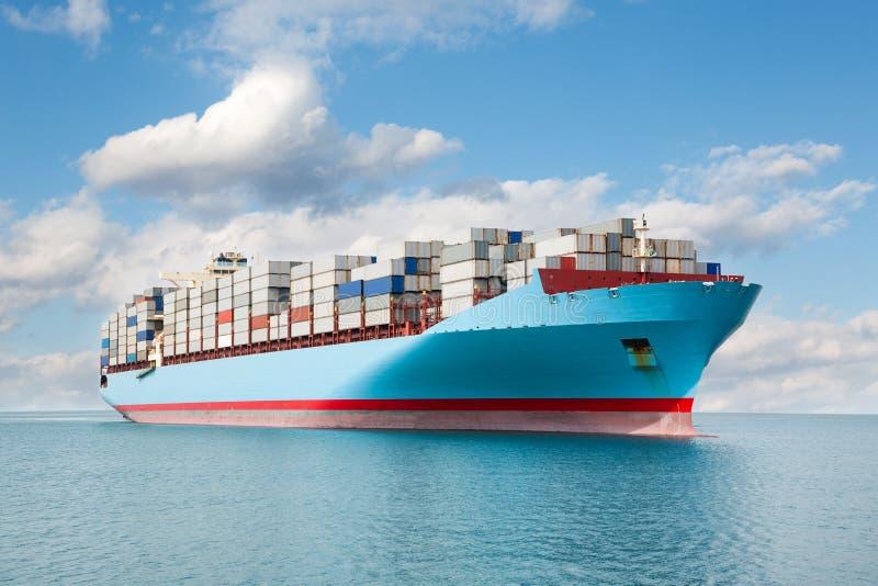 Le transporteur de récipient est en mer image stock