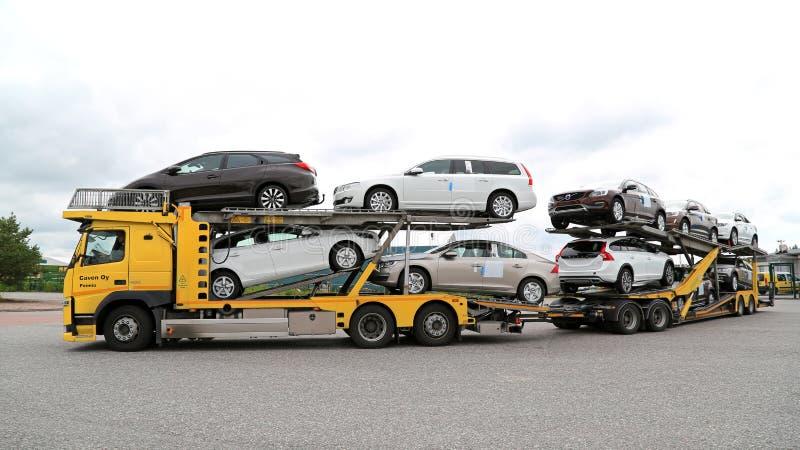 le transporteur de voiture de volvo fm transporte de nouvelles voitures photo stock ditorial. Black Bedroom Furniture Sets. Home Design Ideas