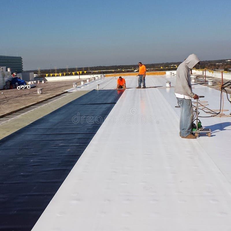 Le travail commercial de toiture ; EPDM photographie stock