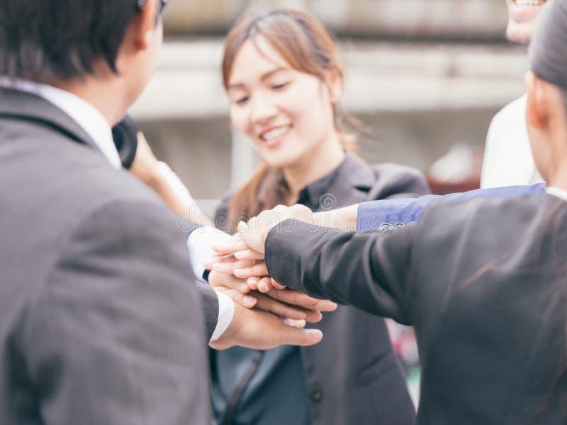 Le travail d'équipe d'affaires joignent le concept de soutien de mains ensemble photographie stock libre de droits