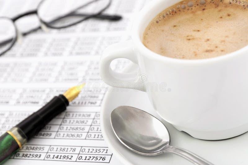 Le travail d'affaires de matin avec le cappuccino photographie stock