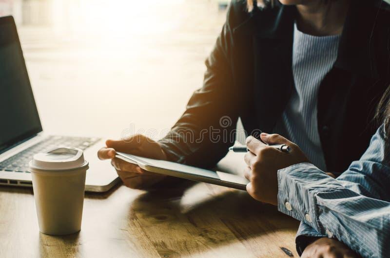 Le travail de businessmans d'équipe travail avec l'ordinateur portable dans le bureau de l'espace ouvert images libres de droits