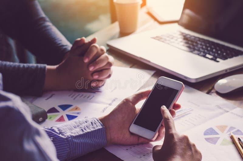 Le travail de businessmans d'équipe travail avec l'ordinateur portable dans le bureau de l'espace ouvert photos stock