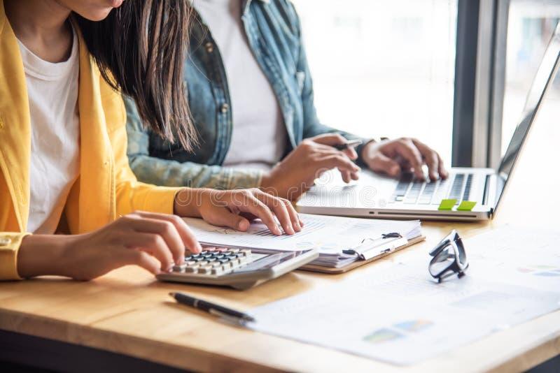 Le travail de businessmans d'équipe travail avec l'ordinateur portable dans l'espace ouvert offic photo stock