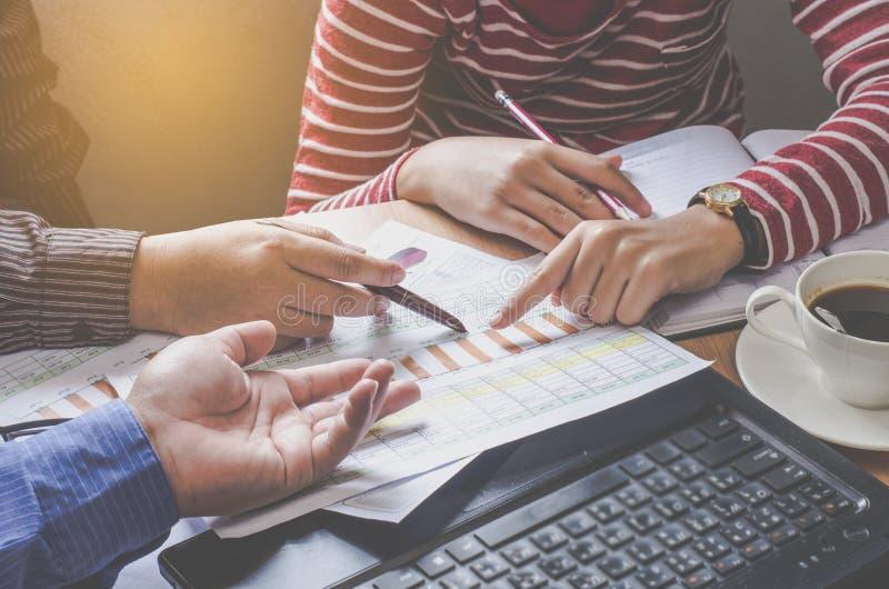 Le travail de businessmans d'équipe travail avec l'ordinateur portable dans le bureau de l'espace ouvert Rapport de réunion images stock