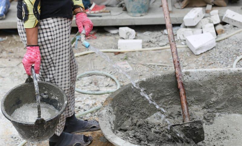 Le travail de Constrution a mis l'eau sur le plateau de mélange concret photos libres de droits