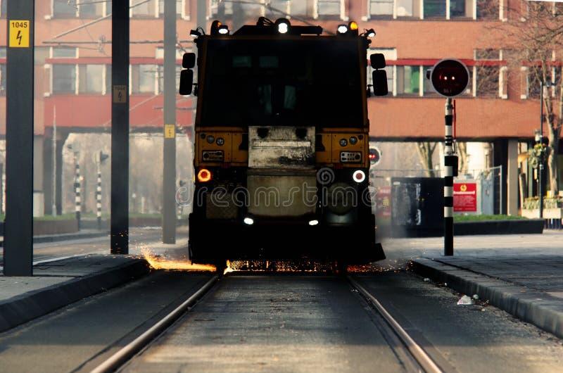 Le travail de Contruction sur une ligne de tram ressemble au tram déraille avec beaucoup d'étincelles, le feu venant du fond photo libre de droits
