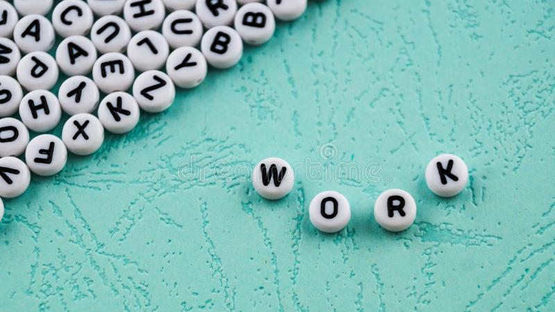 Le travail de mot est fait de blocs en plastique ronds image stock