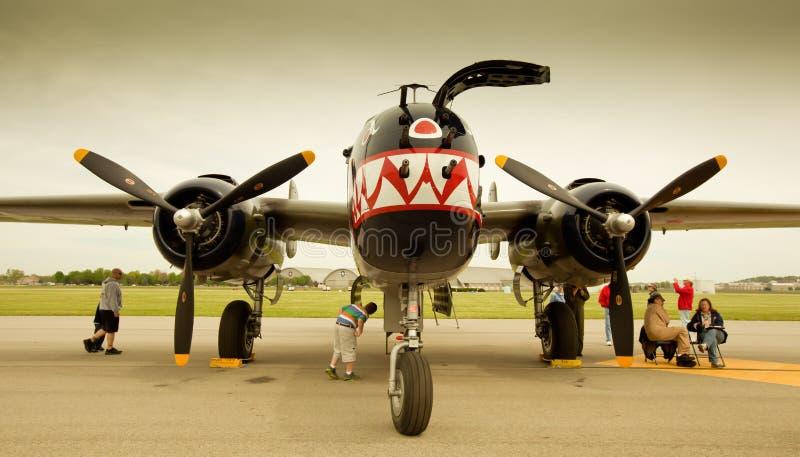 Le travail de peinture de requin de bombardier de Doolittle B-25 photo stock