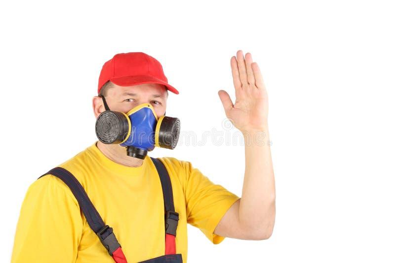Le travailleur dans le masque de gaz disent salut. photos libres de droits