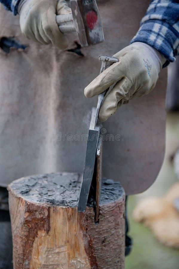 Le travailleur divise la pierre avec le burin image libre de droits