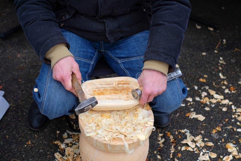 Le travailleur du bois a fait le plat en bois à l'aide des outils de menuiserie photographie stock