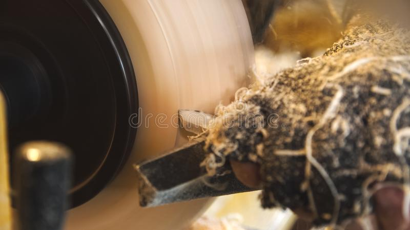 Le travailleur du bois manipule le produit par le tour et le gravoir photo stock