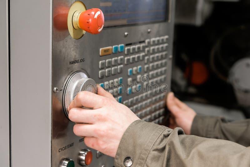 Le travailleur enlève la pièce de la machine de tour de commande numérique par ordinateur Machine de rotation pour forer avec l'o photo stock