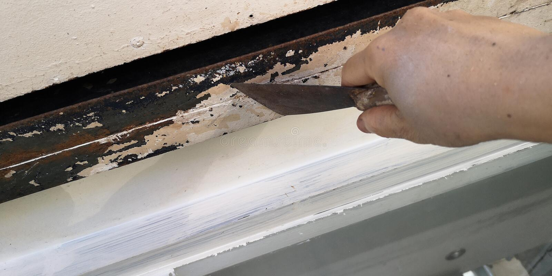 Le travailleur pour érafler la porte est vieille peinture de couleur photographie stock