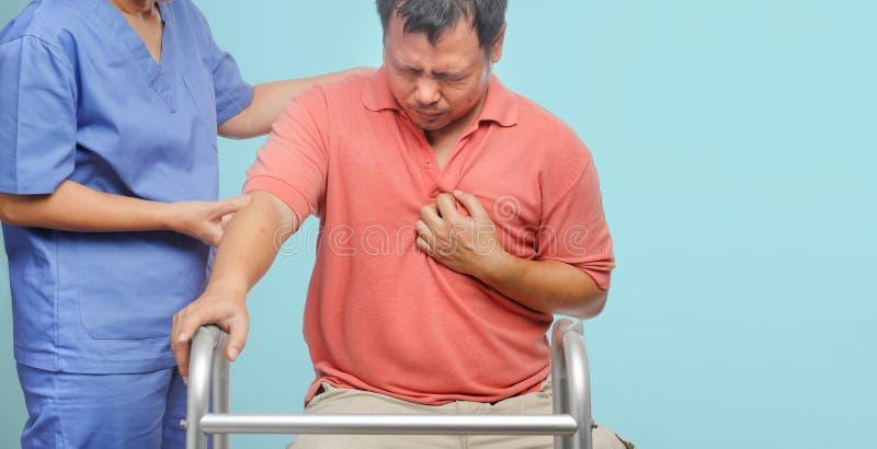 Le travailleur social salut l'homme patient, maladie cardiaque photo stock