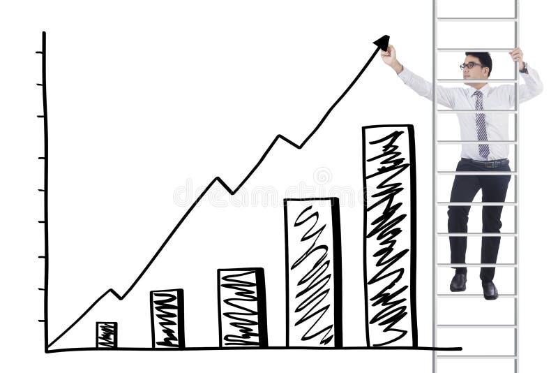 Le travailleur sur l'échelle fait le diagramme financier photographie stock libre de droits