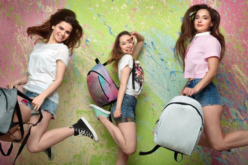 Le tre ragazze negli shorts del denim fotografia stock libera da diritti