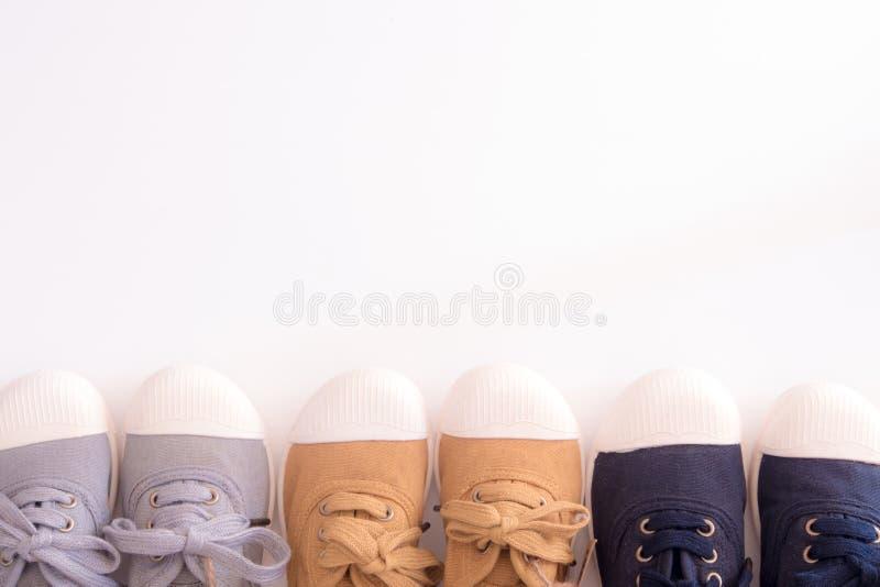 Le tre scarpe bianche casuale di colore della tela e si dirigono immagine stock
